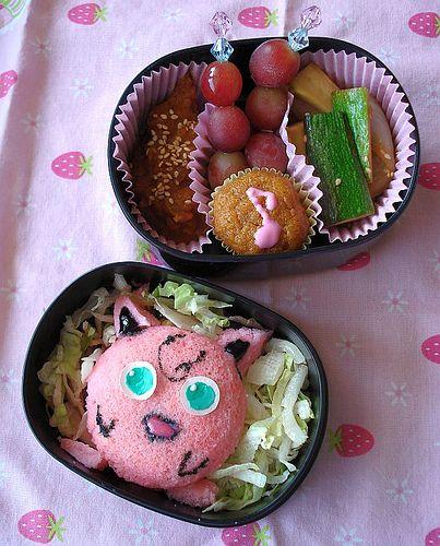 """O bento nada mais é do que uma refeição completa distribuída em uma caixa. Mais do que simplesmente colocar a comida em compartimentos, ela demonstra o carinho, atenção e amor de quem prepara para quem leva. O bento geralmente é levado por crianças como lanche da escola e também por adultos em viagens, almoço ou atividades fora de casa. Uma das características das """"quentinhas"""" japonesas é, além de saborosas e nutritivas, ser fofas, ou kawaii, como se fala no Japão."""
