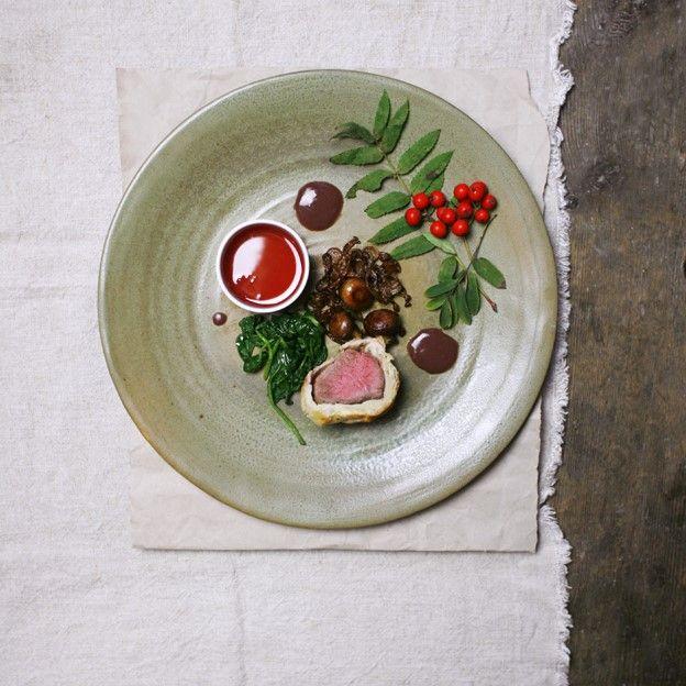 Oppskrift på innbakt biff med sopp og rognebærgelé med chévre