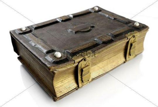 Antikes Buch mit Einband aus Hartleder und Messingverschlüssen