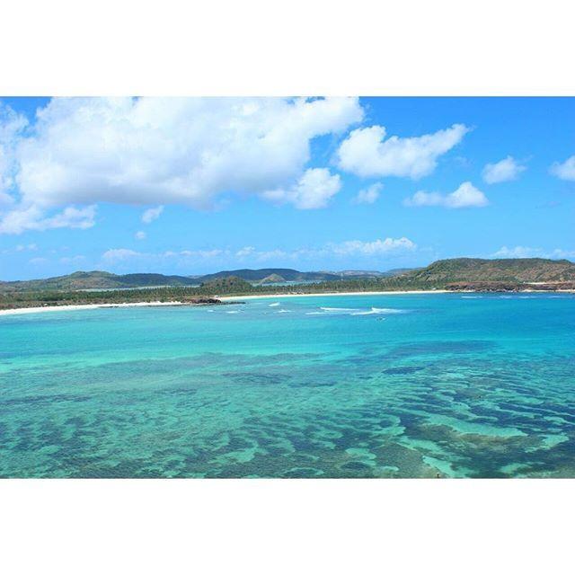【bibehviena】さんのInstagramをピンしています。 《#lombok #lomboktrip #lombokisland #explorelombok #tanjungaan #beach #view #bukitmerese #meresehill #sunnyday #clouds #brightsky #bluesky #bluesea #beautiful #indonesia #ロンボク #ロンボク島 #インドネシア #海 #空 #青 #雲 #きれい #きれいな海 #きれいな空》