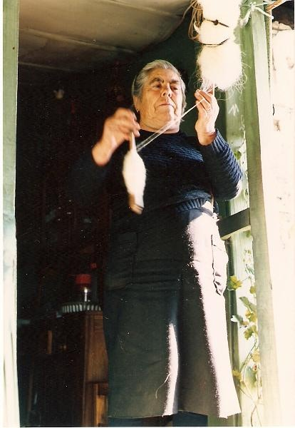 Final Dec. 1980- A fiar lã com roca e fuso.jpg