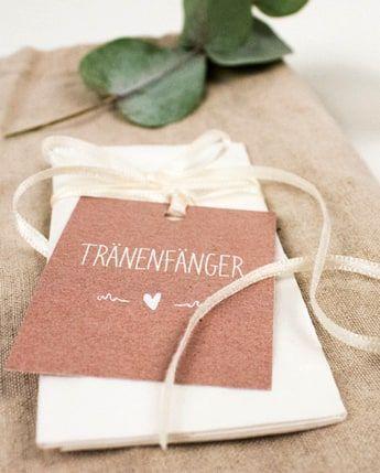 """Liebevoll gestaltete Extras wie die niedlichen Freudentränen Anhänger """"Rustique"""" machen Eure Hochzeit zu etwas ganz Besonderem #hochzeit #deko #vintage #vintagestyle #vintagewedding #hochzeitsdeko #paperlove #einladungen"""