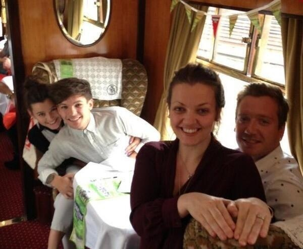 (from left to right) Eleanor, Louis, Jaye, ? (Is that louis' dad?!)