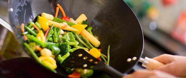 La guida per cucinare sano e gustoso con la wok e tre proposte ricette