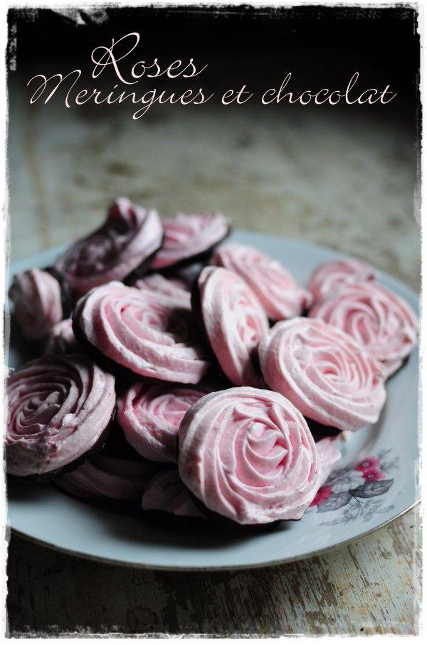 Meringues- Roses  Cette recette est géniale car vous obtenez vraiment des meringues qui se tiennent et auxquelles on peut donner la forme que l'on veut ! 2 blancs d'oeufs 70 g de sucre semoule 70 g de sucre glace tamisé Colorant rose 1 douille F6 1 poche à douille  annelée F6 (6 dents, elle sert à tout cette douille, décorer les cupcakes 200 g de chocolat noir