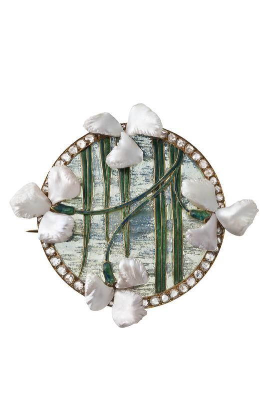 Broche Fleurs d'iris. Georges Fouquet, 1905/1906. Or, fleurs en perles baroques, tiges et feuilles en émail, fond d'émail translucide à jour maté à l'acide avec inclusion de paillons argent - Les Arts Décoratifs