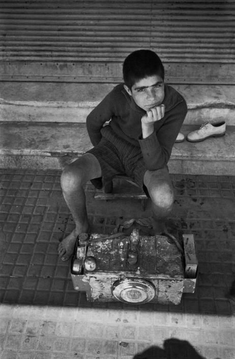 David Seymour (American/Polish, 1911-1956) - Shoe polish vendor. 1948, #solebike, #Athens, #e-bike tours