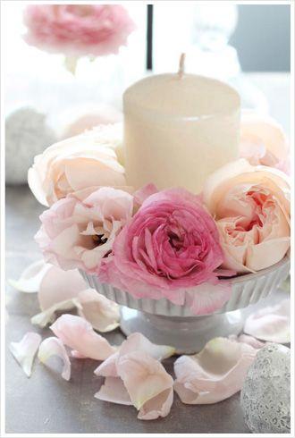 脚のついたコンポート皿を使ったゲストテーブルアレンジ。ピンクのラナンキュラスをメインに、中央にはキャンドルをあしらってロマンチックな雰囲気に。 wedding,candle arrangement,pink