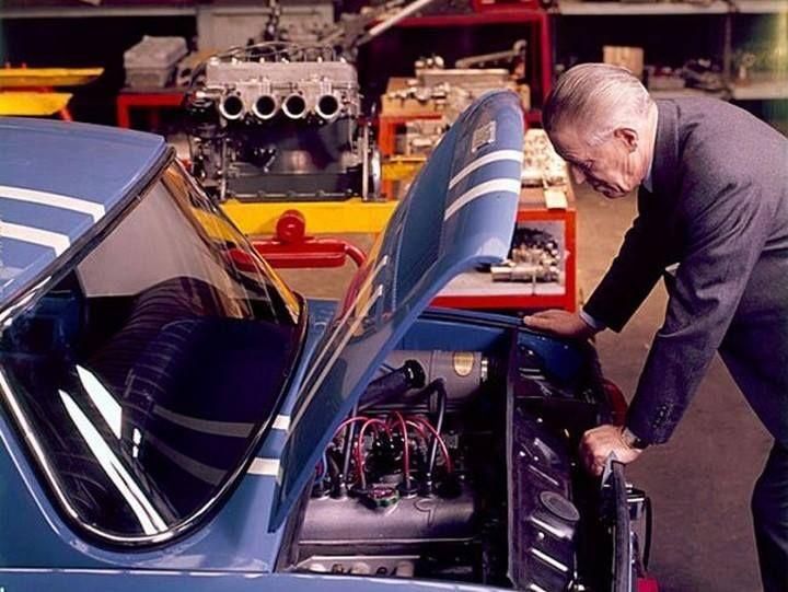 Amédèe Gordini penché sur son moteur de R8.