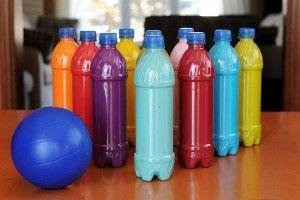 bowling avec des bouteilles en plastique