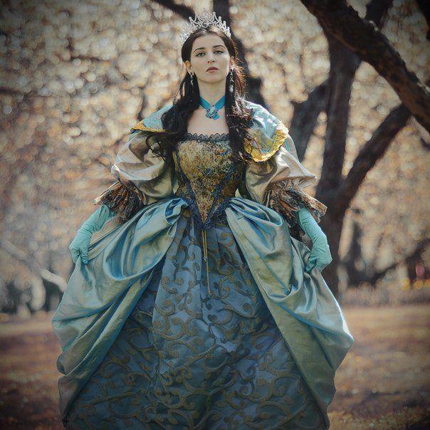 Синее платье в стиле барокко