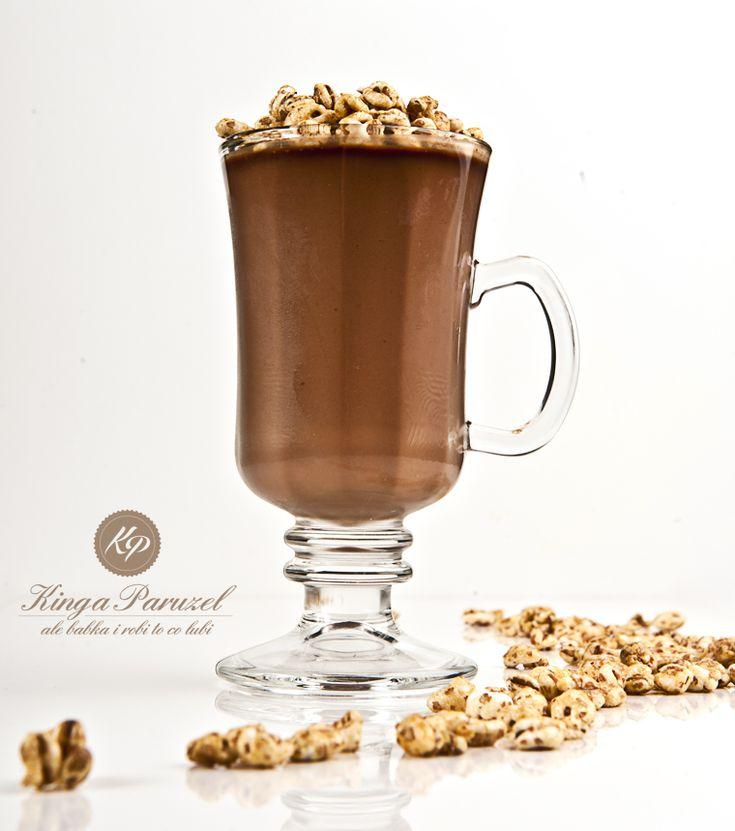 Dietetyczny deser czekoladowy  Składniki: 200 g jogurtu naturalnego 200 ml mleka 0,5% 3 łyżki kakao 2 łyżki miodu 2 łyżeczki żelatyny chrupki orkiszowe