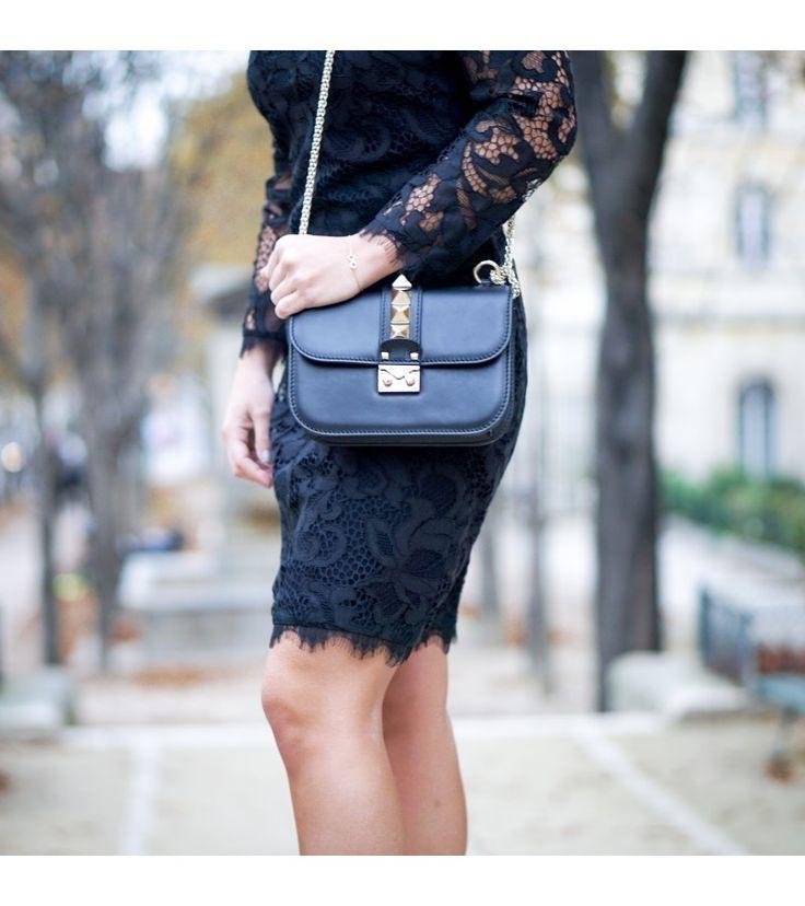 Magnifique sac bandoulière Valentino. Parfait pour un style chic et rock. https://www.dressingavenue.com/besace-glam-lock-en-cuir/sacs-a-main/valentino/319
