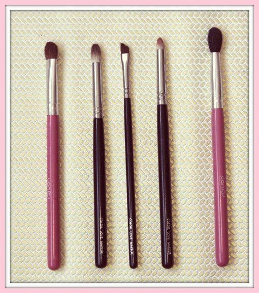 BROCHAS OJOS:      Brocha para aplicar sombra de Vanity Tools     231 Petit Crease de Zoeva     230 Pencil de Zoeva     317 Wing Liner     Difuminar de Vanity Tools