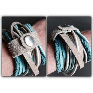 Stoere wikkelarmband waar gebruik gemaakt is van verschillende materialen (grotendeels leer) en kleuren.  Bij deze armband is turquoise de kleur die de boventoon voert, gecombineerd met wit en taupe.
