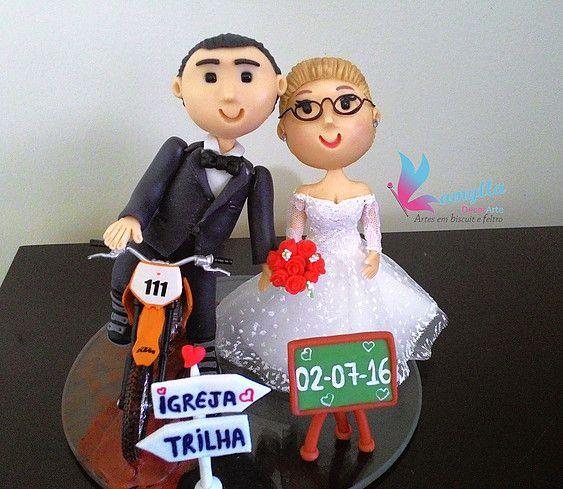 Topo de bolo estilo fofinho, noivo na moto de trilha, noiva professora, quadrinho com data de casamento, plaquinhas indicando trilha e igreja