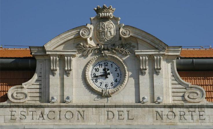Reloj de torre en la estacion Principe pio