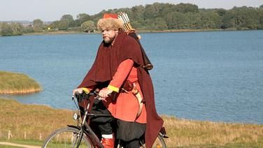 Fahrradfahrer als Wikinger verkleidet