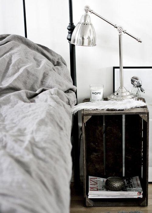 diy 30 id es de table de nuit en r cup cr ez votre table de chevet maison avec des objets. Black Bedroom Furniture Sets. Home Design Ideas