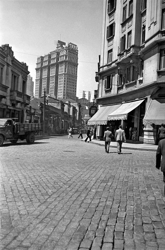 Rua do Seminário e o Edifício Martinelli ao fundo, São Paulo – década de 40.