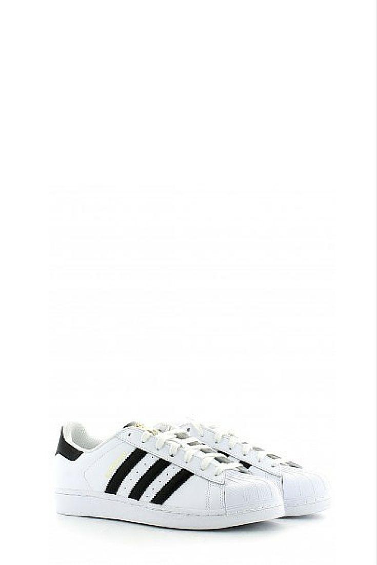 Questa nuova versione da uomo è realizzata in pelle pieno fiore e sfoggia 3 strisce nere seghettate e la classica suola in gomma preformata. Le scarpe Adidas sono molto versatili e si possono indossare facilmente nella quotidianità.. Il modello con le tre strisce del logo a contrasto ha vestito i piedi di moltissime generazioni di sportivi e appassionati di sport e di stile che hanno giocato combinandolo a pantaloni sportivi o jeans.