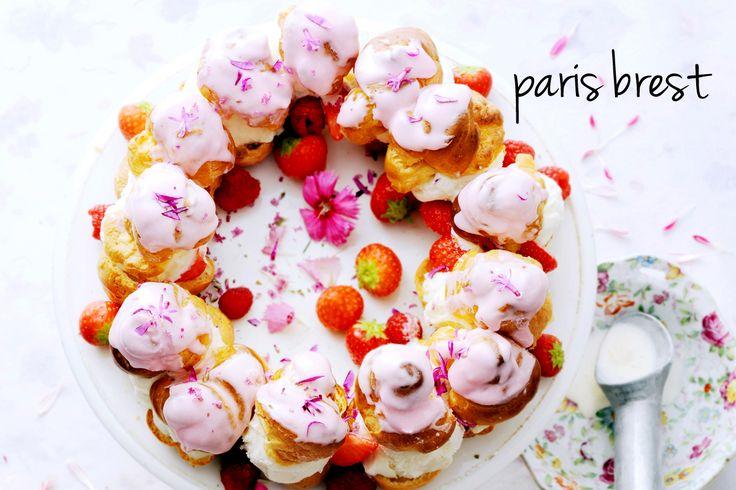 Paris-brest is een grote krans gemaakt van soezendeeg. Wij vullen 'm met vers fruit en homemade ijs.