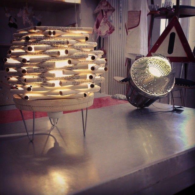 Lampes réalisées, pour l'une avec une passoire et un moule à charlotte et l'autre avec un disque de bois sur lequel est collé des rondin de papier provenant de vieux livres, tout cela provenant de la récup'. Le P'tit Baz'art http://lepetitbazart.com/