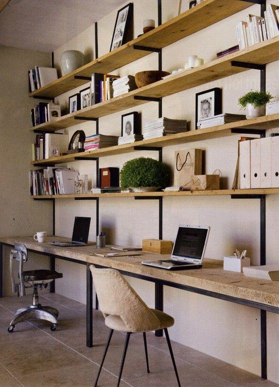estantes para poner tooooodos los libros y debajo un escritorio bien largo. buena estrategia para la biblioteca.