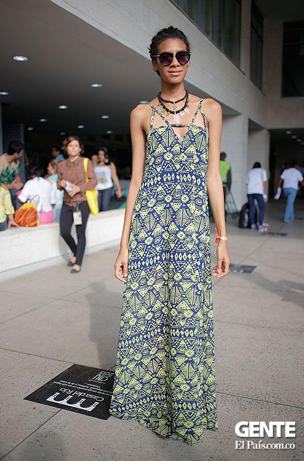 Los 'maxi-dress' estampados son espectaculares. Aquí una opción en tonos azules, verdes y amarillos. ¿Lindo, no? http://elpais.com.co/gente