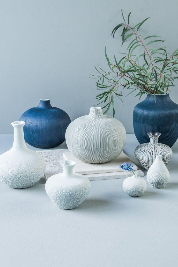 Svenske Lindform har blitt utrolig populære i våre butikker, de små vasene gir assosiasjoner til strand, skjell og runde, fine stener. Du finner utvalget i din Designforevig-butikk!