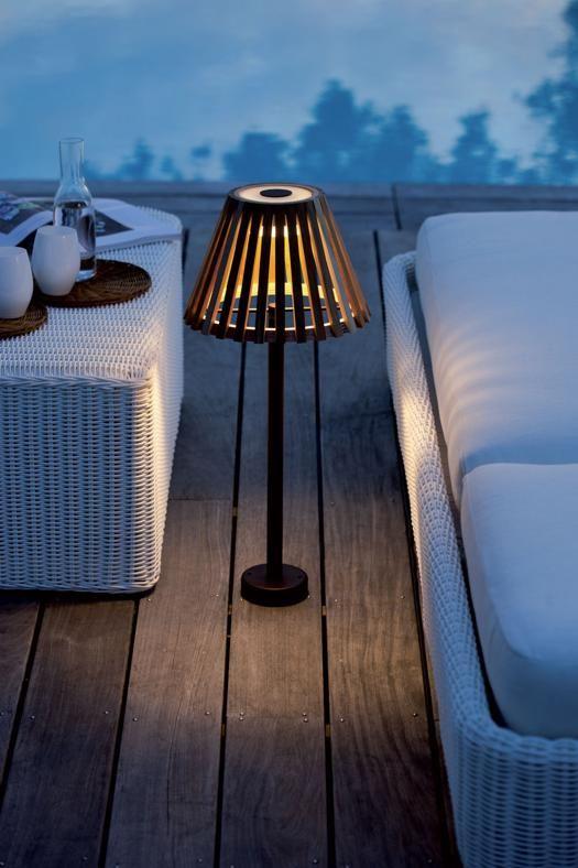 Illuminazione da esterno  UNOPIÙ Collezione Mizar: struttura in ferro zincato e verniciato a polveri e diffusore a listelli di teak.