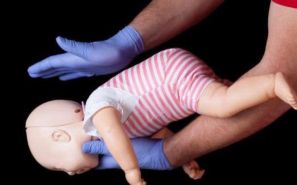 Τι να κάνετε σε περίπτωση που το παιδί σας κινδυνεύει από πνιγμό (Βίντεο)