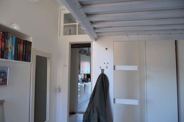 Børneværelse med skillevæg bygget i gips og gammelt vindue. / Bygget af Erik Modin