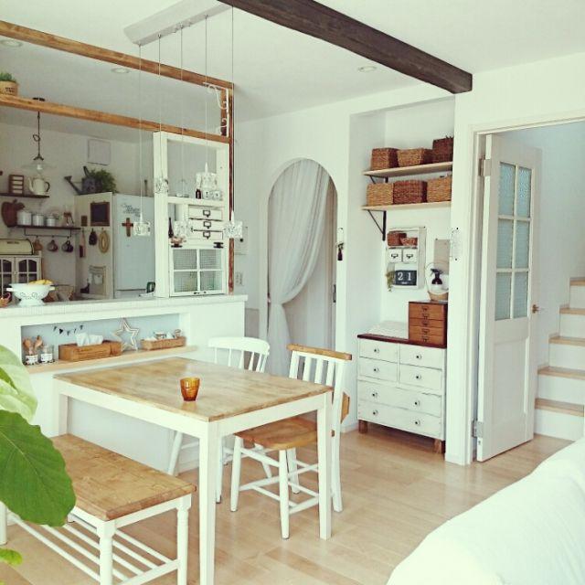 Yokoさんの、部屋全体,ナチュラル,白,壁面収納,ナチュラルフレンチ,キッチンカウンターDIY,アーチ垂れ壁,掃除完了!,こどもと暮らす。,リビングアクセスの階段,ツートーンすき♡,のお部屋写真