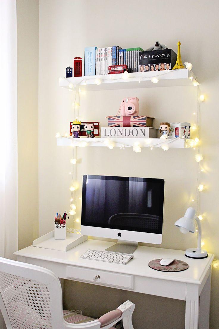 Decoração do meu home office com desktop e prateleiras. Tem filmes, funkos pop, instax, cordão de luz e objetos com o tema de Londres.