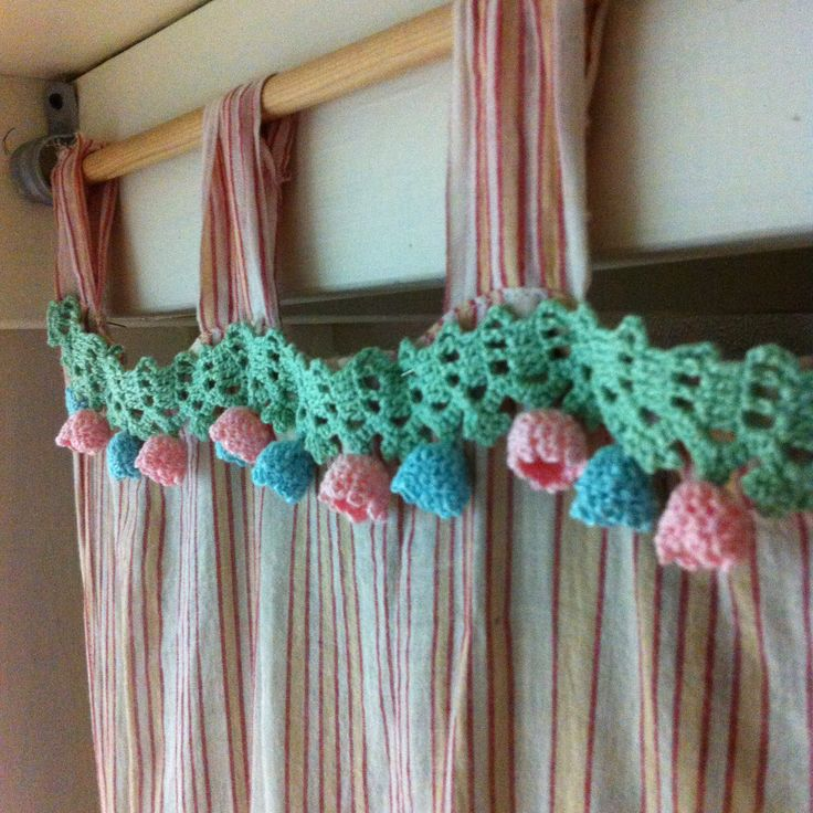 drop flowers motif pattern and vintage curtain are well matched. #motif #flowers #crochet #pattern #vintage #dropflowers #cute #deco #handmade #mamakong