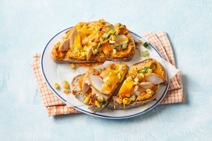 Kijk wat een lekker recept ik heb gevonden op Allerhande! Brood met gerookte kip en cheddar uit de oven (chicken melt)