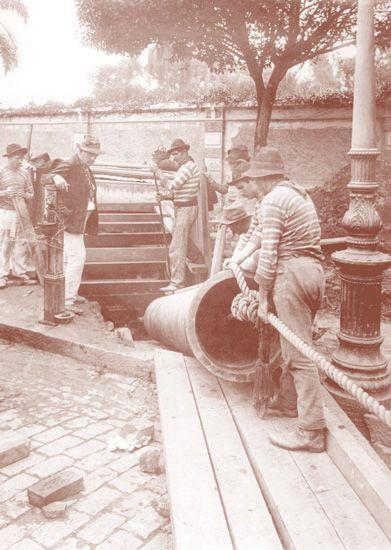 Imigrantes italianos em instalação de adutora próxima ao jardim público, atual Jardim da Luz – inicio do século XX. Instituto Agronômico de Campinas - SP