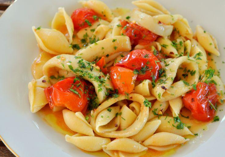 Паста с кальмарами- создана для любителей морепродуктов. Простой и быстрый рецепт. А блюдо получается настолько хорошо на вкус, что просто пальчики оближешь! Нехитрый и изысканный в то же время ужин для всей семьи.
