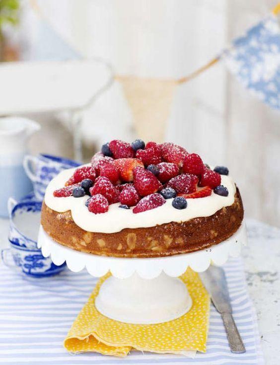 Ingen midsommar utan jordgubbar. Blanda gärna med hallon och blåbär och servera dem på den här saftiga kakan gjord på mandelmassa. Mums!