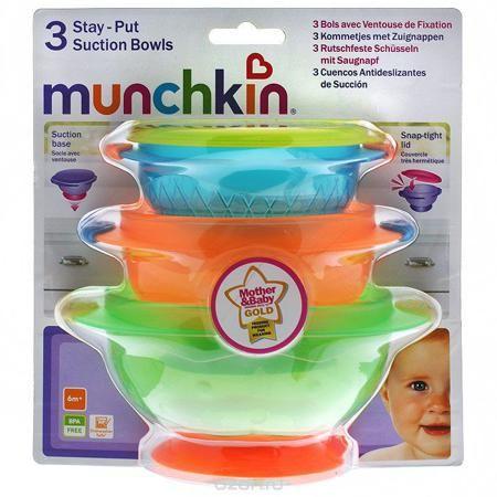 """Набор детских тарелок """"Munchkin"""", на присосках, 3 шт  — 1392р. - Детские тарелки """"Munchkin"""", выполненные из безопасного пластика (не содержит бисфенол А), прекрасно подойдут для кормления малыша и самостоятельного приема им пищи. Тарелки снабжены присосками, которые прочно удерживают их на поверхности стола, благодаря чему они не упадут, еда не прольется, а ваш малыш будет доволен. В комплект входит плотно закрывающаяся крышка к маленькой тарелке, которая позволит хранить остатки еды."""