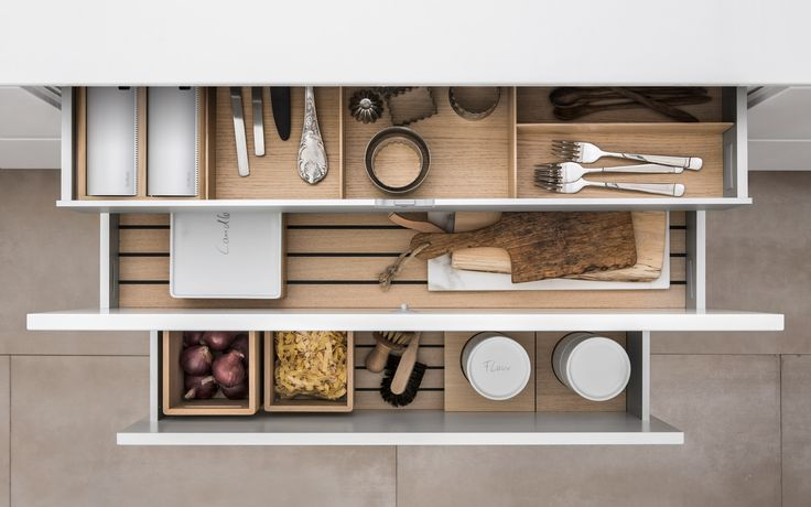 Nature and warmth meet precision workmanship, down to the last detail: like porcelain canisters you can label with a pencil, and drawer inserts to corral and cut tin foil.