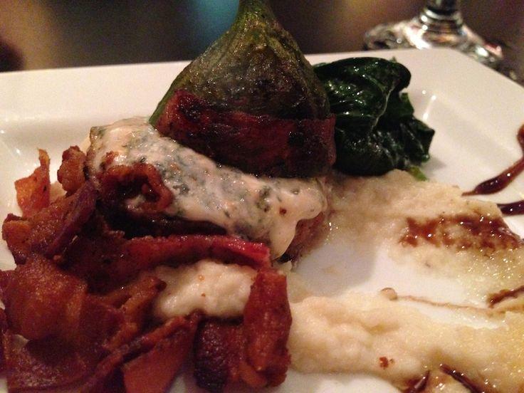 Délicieuse entrée de figue, fromage bleu et bacon, accompagnée d'une purée de chou-fleur et d'épinards, au restaurant Chez Jezz, à Rouyn-Noranda en Abitibi-Témiscamingue