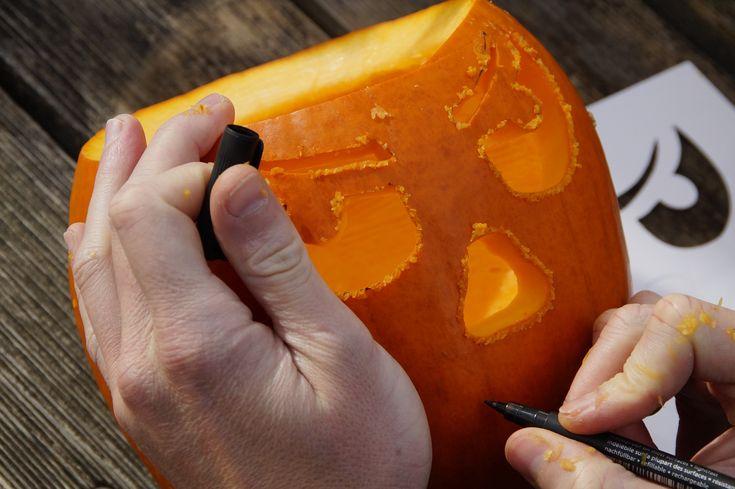 Hol een pompoen uit en laat alle kinderen een eng gezicht teken op de pompoen. Als ouder snij je de gezichten best zelf uit met een mes.