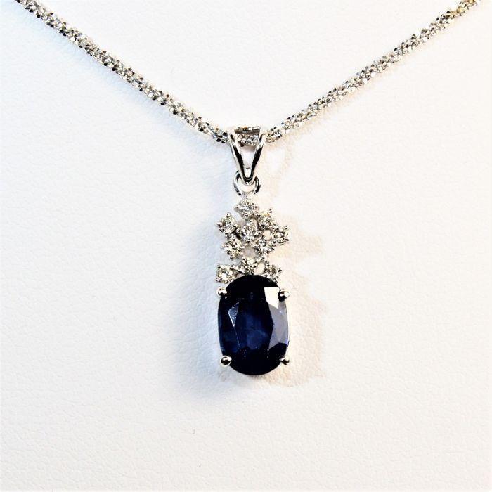Ketting in 18k white gold met een blauwe saffier van 1.79 ct en diamanten - lengte: 42 cm.  Prachtige ketting in 750/000 witgoud met ovale blauwe saffier 87 x 6 x 35 mm en 9 G/VS diamanten met een gewicht van 014 ct te meten.Metaal: 750/000 witgoud met kenmerken van de maker en metaal.Totaal gewicht: 4 g (ongeveer).Lengte: 42 cm.Oorsprong: gemaakt in Italië.Diamanten: 10 briljant-cut G/VS diamanten ten bedrage van 014 ct.Edelsteen: 1 ovaal-cut blauwe saffier meten van 87 x 6 x 35 mm en een…