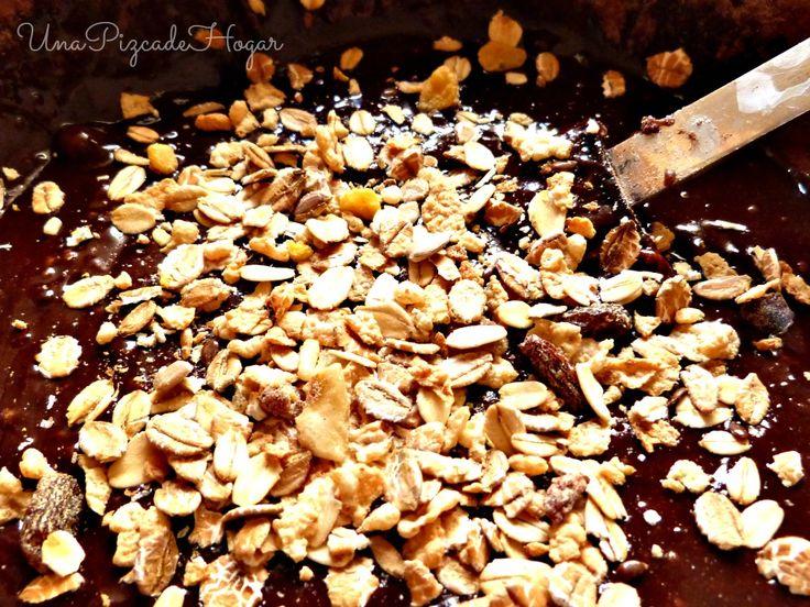 Brownie de chocolate con mermelada de fresa.
