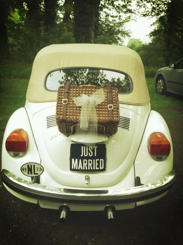 Trouwvervoer; Prachtige kever, geeft altijd leuke foto's. Deze foto is gemaakt na de huwelijksvoltrekking op een van onze buitenlokaties Erve Beverborg in De Lutte. Voor meer informatie: www.lutterzand.nl