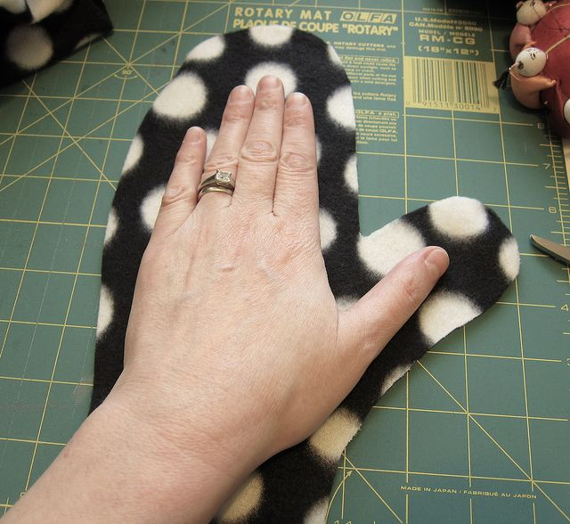 Reversible Fleece Mittens. Need to make a bunch of these inexpensive mittens for all the pairs we lose each year.