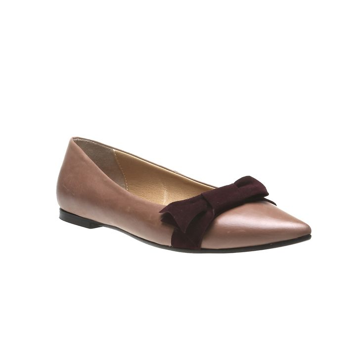 Scarpe basse in pelle per ogni giorno con un tocco di classe. Questo modello a punta ha un fiocco in colore a contrasto. Uno stile semplice che si adatterà bene a abiti da ufficio e a jeans.