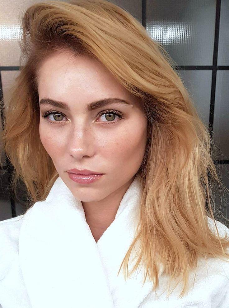 Pinterest: DeborahPraha ♥️ medium lenght hair strawberry blonde hair color and neutral makeup